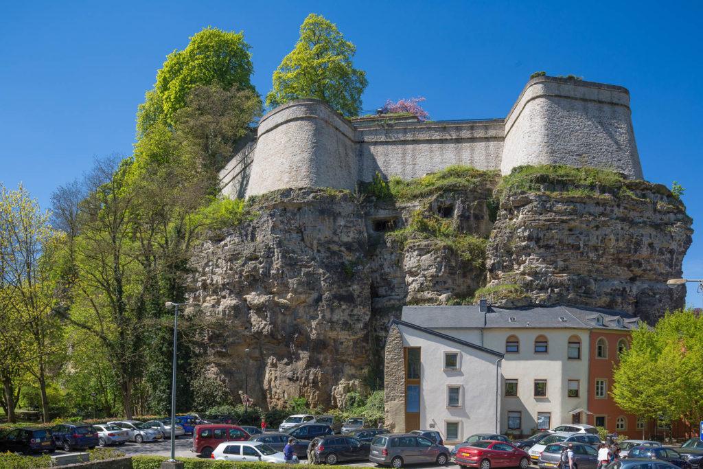 Am Fuße des Justizkomplexes (oben auf dem Berg) ins Fels gesetzte Häuserzeile